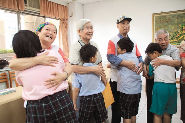 王敬之(左2)邀請常樂園好友發起待用餐基金,為大同國小、興嘉國小學童募集待用餐費...