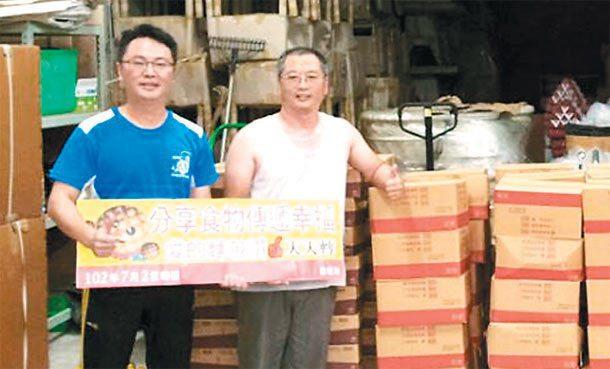 台灣全民食物銀行協會秘書長陳堅智(右)夫婦帶志工將食物寄放在團委會長黃朝雲(左)...