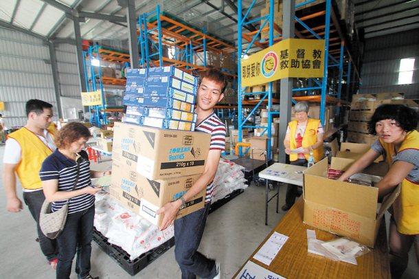 基督教救助協會的「1919食物銀行」志工,在倉庫內整理物資,並將分送到各被救助人...