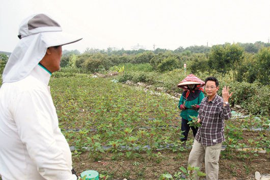 謝振昌(圖右)開闢可樂穀農場,全心投入紅藜種植、品質研究,並以契作方式鼓勵原住民...