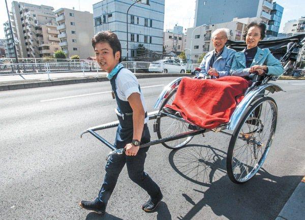 日本社會急速老化,卅年後一個年輕人可能要養一個老人,想著想著,人力車伕的步伐好像...
