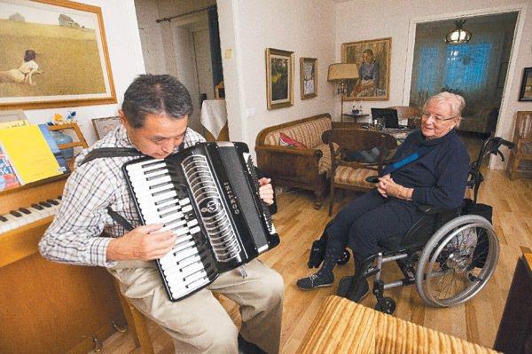 八十歲的皮耶吉達,須靠輪椅行動,政府提供她免費的電動輪椅及相關器具。 特派記者王...