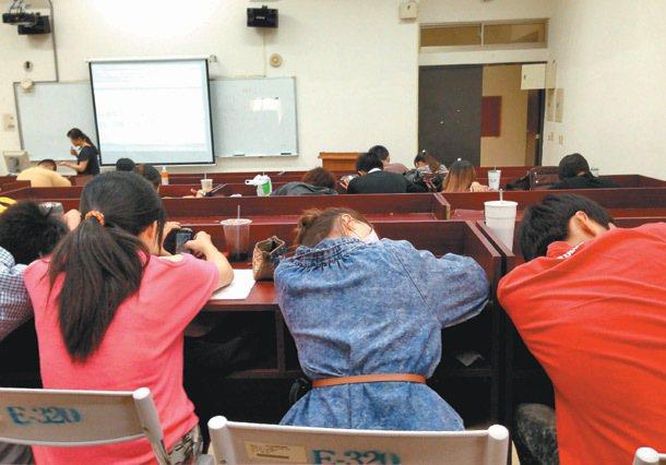 老師在台上講得口沫橫飛,但學生不是趴睡就是玩手機。 記者綦守鈺/攝影