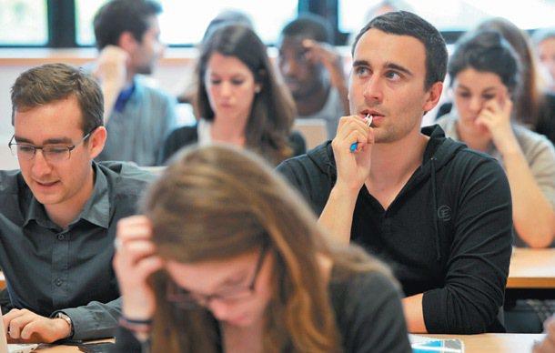 ESSEC商業學校裡,在一堂高年級的採購課程上,學生面聚精會神仔細聽課。 特派記...