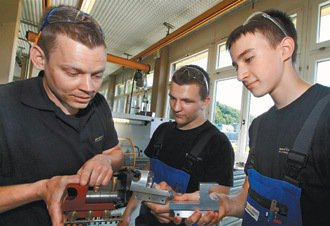 advaltech企業技職部門老師米勒羅伯特(左),為員工做在職進階訓練。 ...