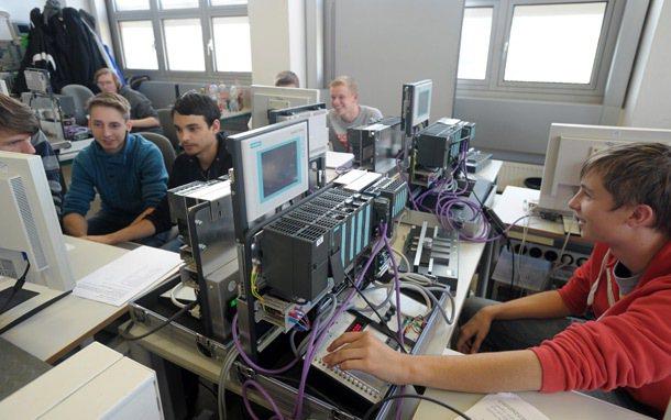德國慕尼黑西門子學徒學習電腦控制系統原理。 記者陳易辰/攝影