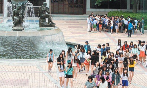 南韓社會瀰漫著一股諾貝爾熱潮,從高中起就培養未來的諾貝爾獎得主,圖為中學生參觀浦...