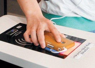 首爾成均館大學圖書館學生以手機過卡進出。 特派記者侯永全/首爾攝影
