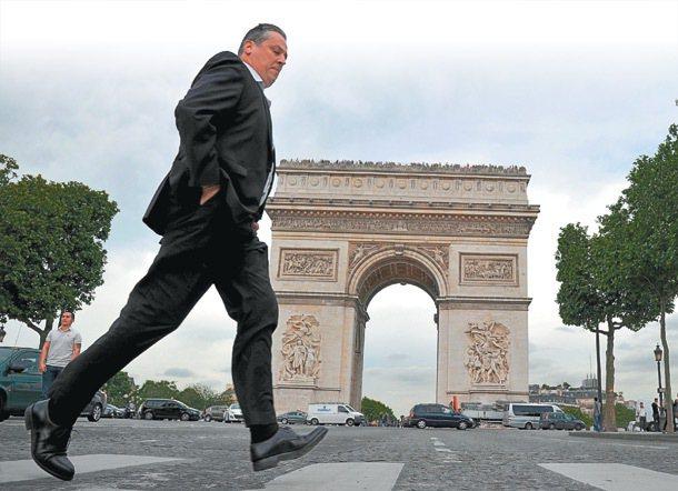 一個上班族快跑經過凱旋門前。法國教育部官員表示,在法國每個國民都有上大學受教的權...