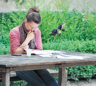 雖然巴黎高等師範學校學期已經結束,但一位學生還是坐在中庭花園裡認真的讀書。 特派...
