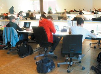 蘇黎世大學醫學院圖書館內學生認真研讀所學。 特派記者曾學仁/瑞士攝影