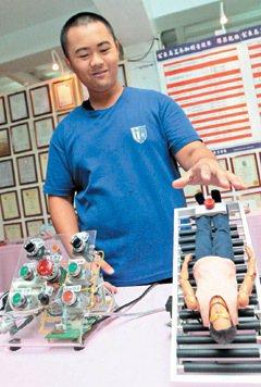 電機科黃智傑的「健康舒壓床」獲馬來西亞發明展銀牌。 記者胡經周/專題攝影
