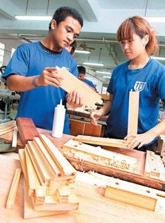 台東公東高工木工科學生張宏煜(左)與梁珈綺(右)。 記者胡經周/專題攝影
