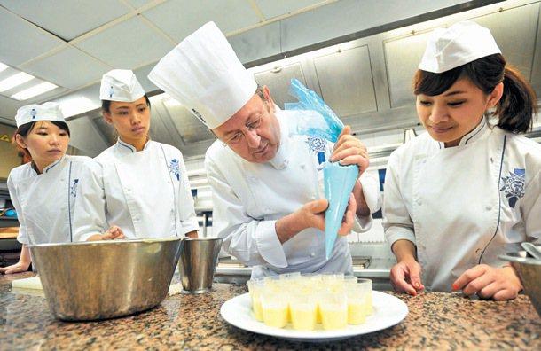 來自台灣的學生在藍帶廚藝學校接受高級法式烹飪廚師布魯諾‧斯蒂勒(右二)的指導。 ...