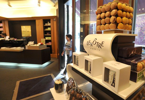 雷諾特位在巴黎高級地段第16區的甜點店,這裡可以看到形形色色的有錢人來買高檔甜點...