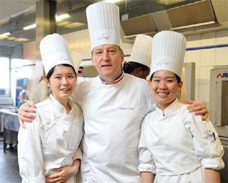 雷諾特餐飲職業學校裡來自的台灣學生丘穎仙(左)、傅道琦(右),與雷諾特餐飲職業學...