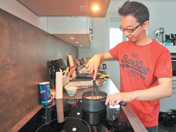25歲的鄭畬軒中山大學外文系畢業後,到巴黎學習甜點,畢業後自己的巧克力工作室經營...