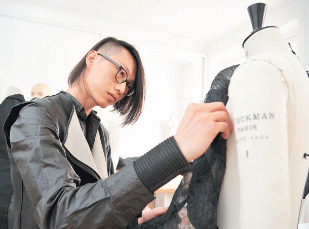 來法國學習服裝設計的余忠政,畢業後在服裝設計工作室工作。 特派記者林澔一/巴黎攝...