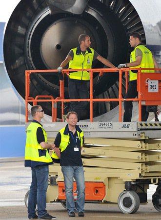 空中巴士在世界多國設職校,培養人才。圖為空巴的工程人員為一架A380客機做起飛前...