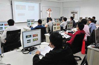 學員上室內課,教官以影音內容來輔助教學,內容也都是英語。 記者邱德祥/桃園攝影