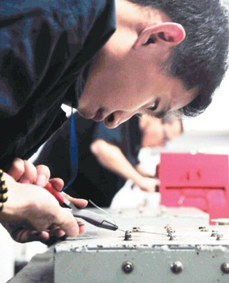 學員學習拆卸螺絲,這是維修飛機的基本功。 記者邱德祥/桃園攝影