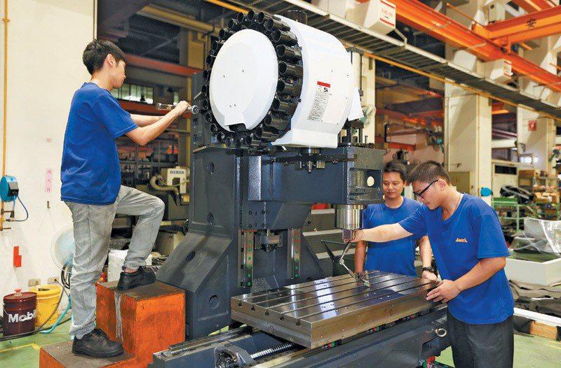 修平科大學生到台中工業區亞崴廠實習,學生學習組裝工具機,準備參加比賽。  ...