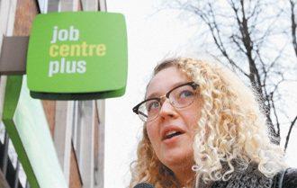 女孩對英國失業者津貼的規定,有滿腹的怨言。 特派記者潘俊宏/英國攝影