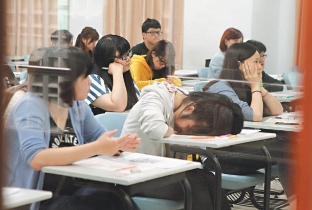 台灣年輕人面臨「高學歷、高失業率」問題,到底大學生實際就業情況如何?沒幾個學校說...