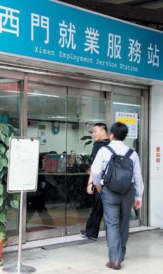 台灣的青年失業問題高居不下, 一堆人抱怨找不到工作,但各地就業服務站卻也說,有很...