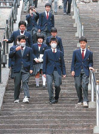 日本人從小拚命補習、擠進名校窄門的關鍵理由,就是希望日後能在激烈的求職競賽中,搶...