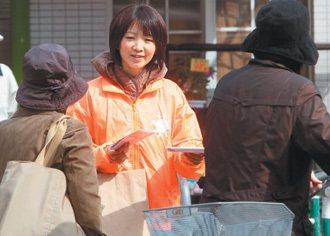 經濟不景氣,只能打工謀生,圖為一名女性在街頭發送傳單。 圖/聯合報提供