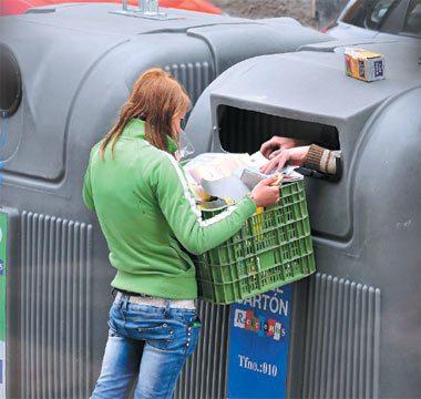 西班牙青年近半找不到工作。為了生活,失業年輕人爬入資源回收桶,將桶內的紙撿出來交...