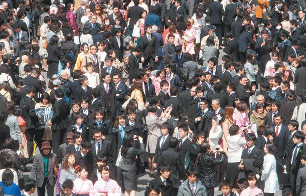 由於經濟失落廿年, 終生僱用制與年功序列制同步崩解, 日本青年一畢業, 就得面臨...
