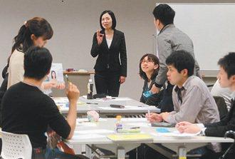東京財團內,失業者在老師的指導下,練習面試 技巧。 特派記者胡經周/東京攝影