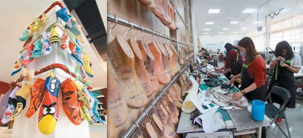 鞋技中心培訓新人學習製鞋技術(右圖),現場展示著各式大小不同的彩繪楦鞋(左圖)。...