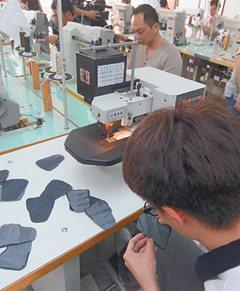 鞋技中心在彰化永靖鄉寶成集團提供的工廠,培訓新人針車操作。 記者于志旭/攝影
