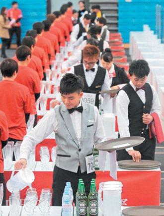 知名餐飲業每年辦托盤大賽,刺激餐飲人才培養並招募新人。 圖/本報資料照片
