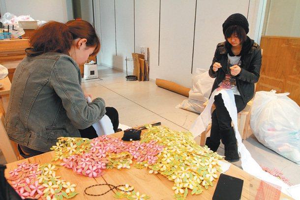 京都藝術專門學校的學生正在利用課餘的時間織窗簾。 特派記者鄭超文/德國攝影