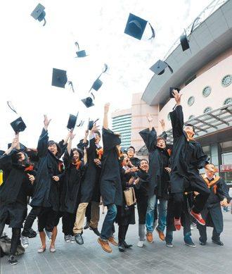 台大畢業典禮上,畢業生們高跳、拋帽,慶祝畢業,但拋了大學帽子,能否搶到職場位子?...