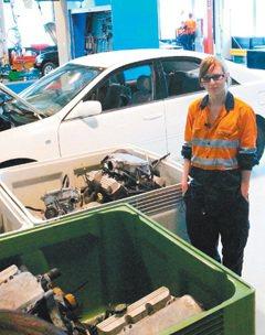 澳洲/她修車不輸他… 彩指淡妝 就愛玩機器