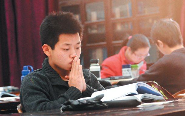大陸優秀的大學生,升學、就業都很拚,而台灣學生面試準備較不積極,對自己的優點更是...