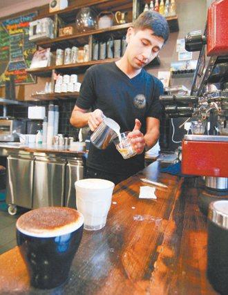 看似簡單的沖泡咖啡,也有專業知識在裡頭。 特派記者廖國隆╱澳洲攝影