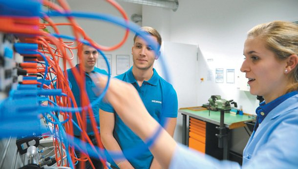 西門子的師傅馬克爾教導學徒操作油壓氣壓系統。 特派記者陳易辰╱德國攝影