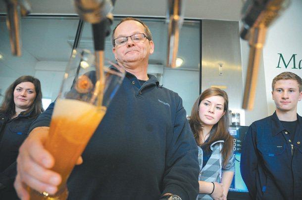 德國慕尼黑寶萊納啤酒廠學徒在師傅何富林格(中)教導下,學習如何侍酒。 特派記者陳...