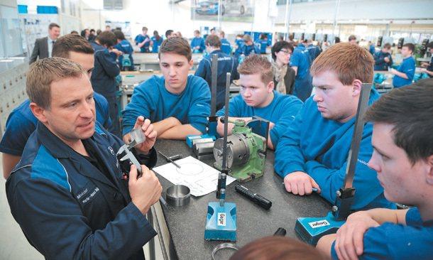 斯圖加特戴姆勒訓練工廠,學徒在師傅(左)指導下專心學習量測技術。 特派記者陳易辰...