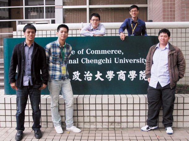 五個二十多歲的大男生組成We-student網路實習媒合平台創業團隊,他們認為創...