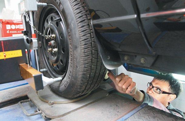 北科大車輛工程系學生專注課程實作。 記者潘俊宏╱攝影