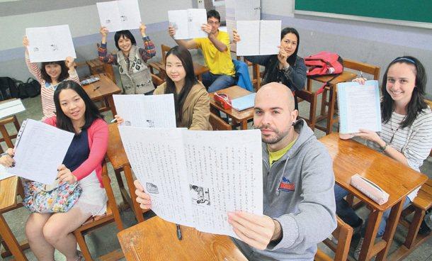許多外國青年對台灣懷抱熱情,卻因法令和薪資限制,無法留在台灣工作;他們希望,台灣...