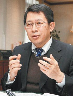 香港和新加坡教授的待遇,很有全球競爭力,台灣可能跟進嗎?教育部長蔣偉寧坦承,「歸...
