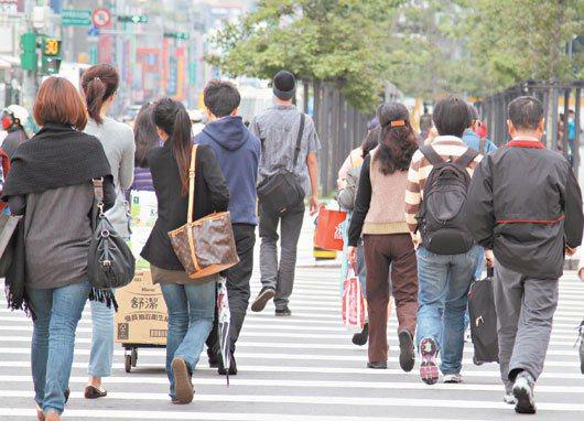 行政院主計總處公布二月份人力資源調查,以十五至廿四歲青年失業率高居各年齡之冠,突...